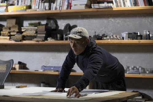 l-artiste-zhang-huan-au-travail-dans-son-atelier_©adrien bernard.jpg