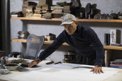 l-artiste-zhang-huan-au-travail-dans-son-atelier2_©adrien bernard.jpg