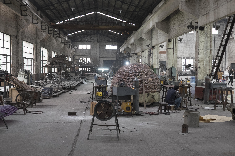 assistants-de-l-artiste-zhang-huan-travaillant-sur-une-oeuvre_©adrien bernard.jpg