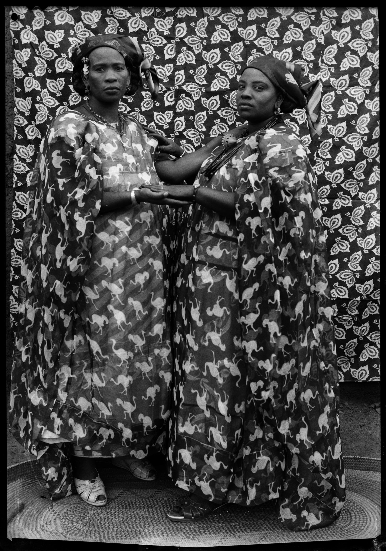 Seydou Keïta. Deux grandes dames. 1954. Tirage gélatino-argentique. 180 x 120 cm © Seydou Keïta / SKPEAC