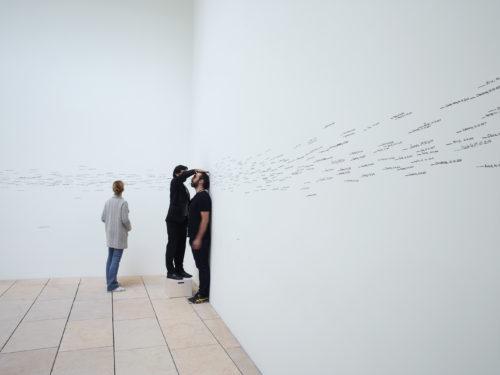 Roman Ondák, vue d'installation, Être moderne : le MoMA à Paris, galerie 8, Fondation Louis Vuitton, Paris, du 11 octobre 2017 au 5 mars 2018. © 2017 Roman Ondák. © Fondation Louis Vuitton / Marc Domage