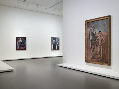 Vue d'installation de l'exposition Être moderne : le MoMA à Paris, galerie 1 (niveau -1), Fondation Louis Vuitton, Paris, du 11 octobre 2017 au 5 mars 2018. © Succession Picasso 2017 © Succession H. Matisse. © Fondation Louis Vuitton / Martin Argyroglo