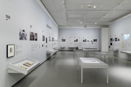 Vue d'installation de l'exposition Être moderne : le MoMA à Paris, salle des archives du MoMA, galerie 6, niveau 1, Fondation Louis Vuitton, Paris. © Fondation Louis Vuitton / Martin Argyroglo