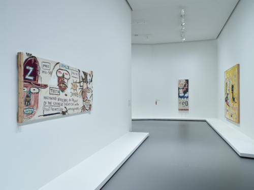 Vue d'installation de l'exposition Jean-Michel Basquiat, galerie 6 (niveau 1), Fondation Louis Vuitton, Paris.