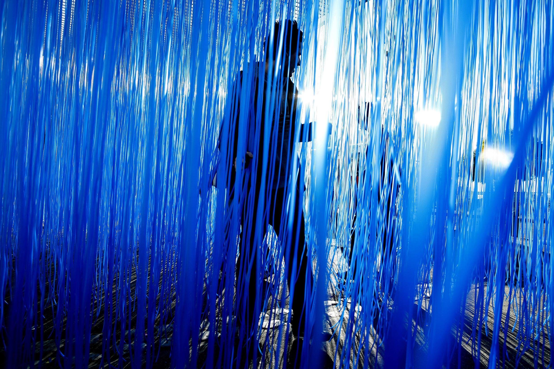Jesús Rafael Soto. PENETRABLE BBL BLEU 1999, ed. Avila 2007. PVC, métal © Adagp, Paris 2018