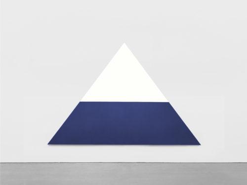 Ellsworth Kelly. White Dark Blue, 1968. Crédit artiste : © Ellsworth Kelly Foundation. Crédit photo : courtesy Ellsworth Kelly Studio