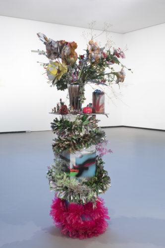 Isa Genzken, Bouquet, 2004, vue d'installation à la Fondation Louis Vuitton.  Crédit artiste : © Isa Genzken. Crédit photo : © Fondation Louis Vuitton / Martin Argyroglo