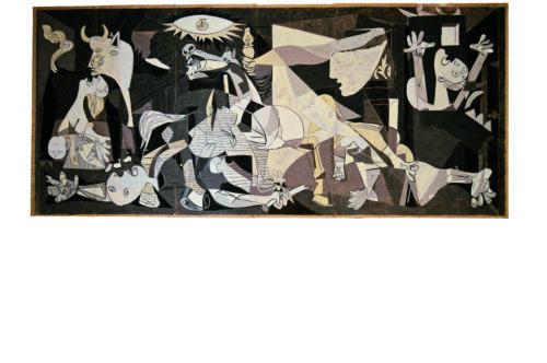 Pablo Picasso. Guernica, Carton de la tapisserie Guernica réalisé en 1955 à la demande de Pablo Picasso, d'après son oeuvre Guernica (1937) par Jacqueline de la Baume-Dürrbach et René Dürrbach. Gouache sur papier kraft 300 ×700 cm Collection privée © Succession Picasso 2019 © Sébastien Gokalp
